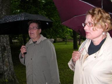 Piispanlinnan sateisessa puistossa Pirkko ja Auli