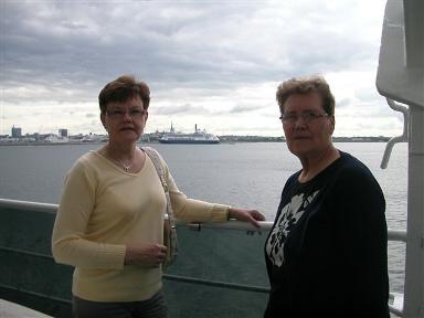 Eira ja Pirkko matkalla kotiin