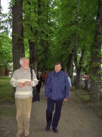 Puistokävelyllä Kuressaaressa, etualalla Jukka ja Pekka
