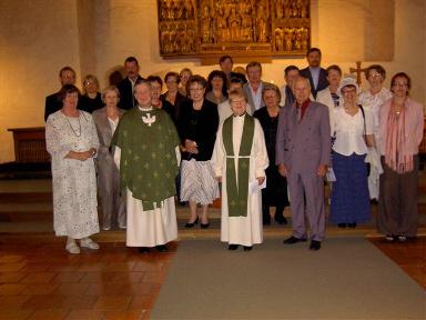 Naantalin luostarikirkon alttarilla, mukana messun papit Jyrki Rautiainen ja Kyllikki Pitts