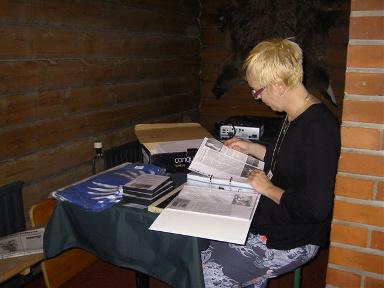 Perustamiskokouksessa 10 kk:n ikäisenä mukana ollut Mirjam Kurki tutustumassa lehtileikekansioon